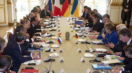 General view of German Chancellor Angela Merkel and Ukraine's President Petro Poroshenko who sit at the table across from Russian President Vladimir Putin and French President Francois Hollande during a summit on Ukraine at the Elysee Palace in Paris, France, October 2, 2015. © Etienne Laurent