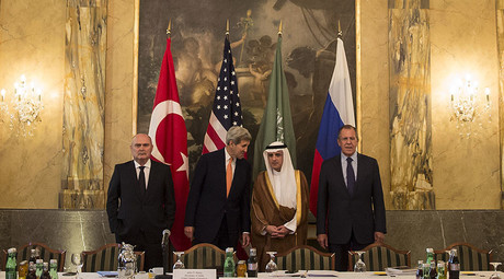 Turkish Foreign Minister Feridun Sinirlioglu (L), U.S. Secretary of State John Kerry (2nd L), Saudi Foreign Minister Adel al-Jubeir (3rd L) and Russian Foreign Minister Sergey Lavrov pose during a photo opportunity before a meeting in Vienna, October 23, 2015. © Carlo Allegri