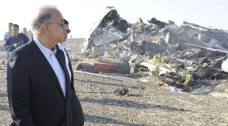 Egypt's Prime Minister Sherif Ismail looks at the remains of a Russian airliner after it crashed in central Sinai near El Arish city, north Egypt, October 31, 2015. © Reuters