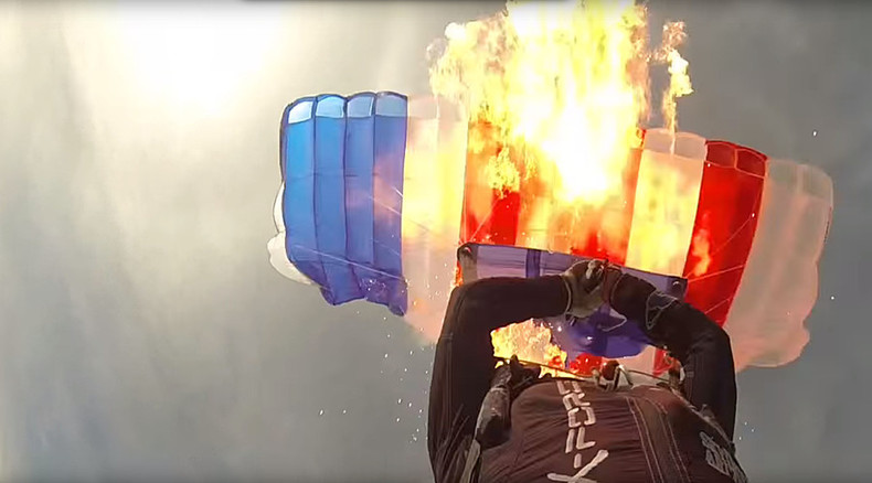 Arizona skydiver burns chute to show why spare is needed (VIDEO)