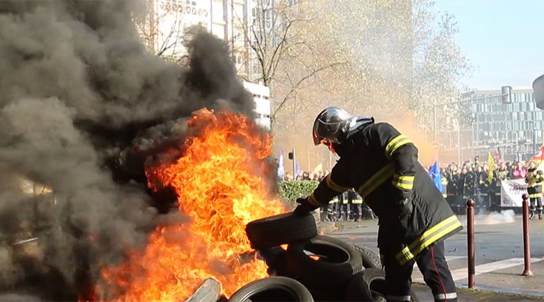 Striking French firefighters start fires, occupy train station during protest (VIDEO)