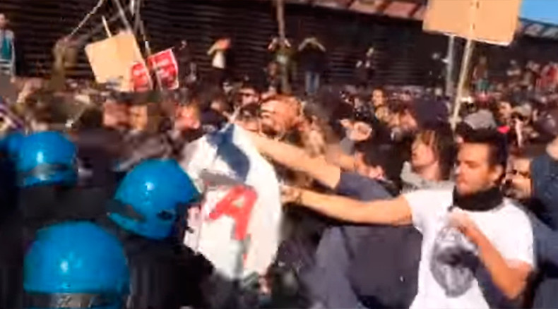 Anti-fascist demonstrators clash with police in Italy's Bologna (VIDEO)