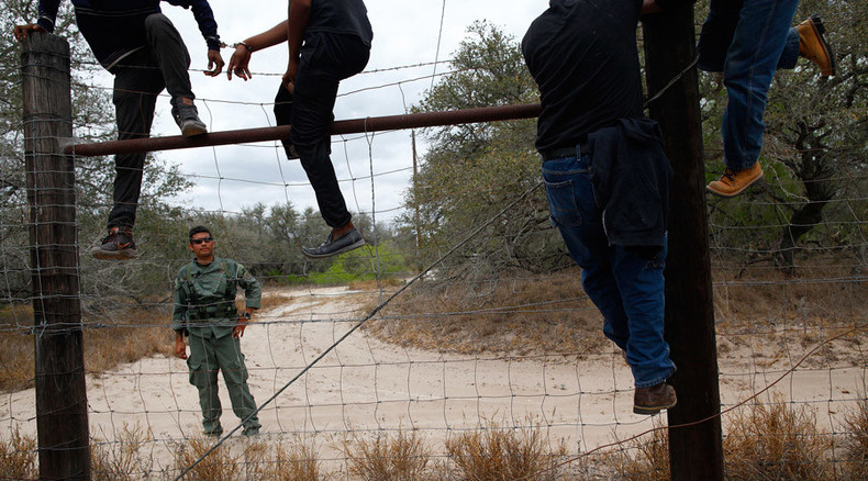Federal appeals court blocks Obama's immigration initiatives