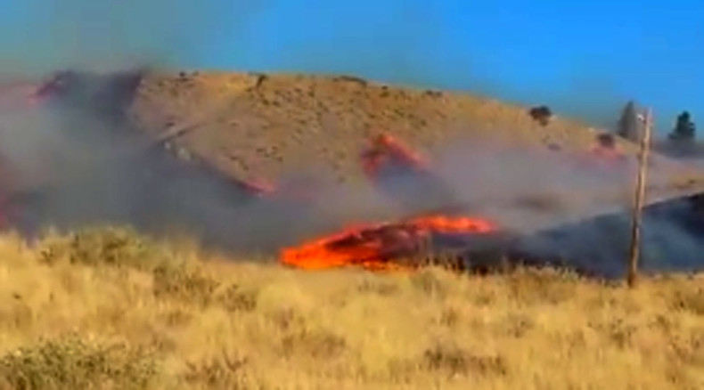 Fire power: Hill ablaze within seconds threatening dozens of US homes (VIDEO)