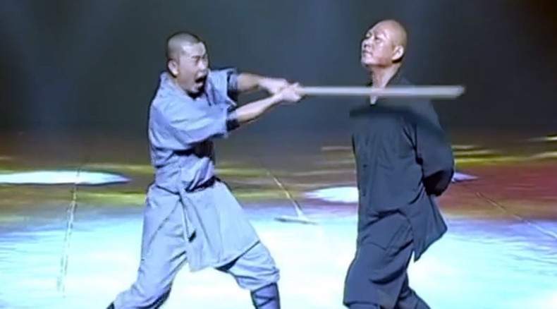 Show of strength: Chinese monk breaks stick with neck, stuns spectators (VIDEO)