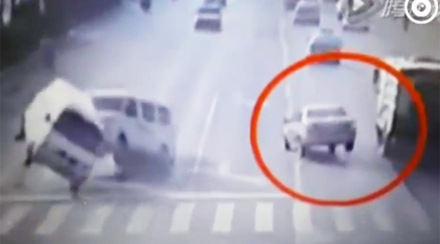 Chinese optical illusion car crash leaves viewers baffled (VIDEO)