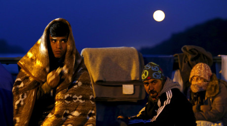Migrants wait on the bridge at the Austrian-German border between Braunau and Simbach at lake Inn near Passau, Germany, October 27, 2015. © Michaela Rehle
