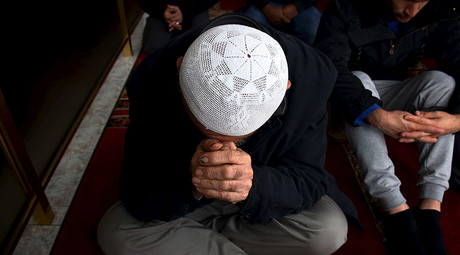 A Muslim worshipper prays, during the holy month of Ramadan, in the Gallipoli Mosque located in the western Sydney suburb of Auburn, Australia, July 10, 2015. © David Gray
