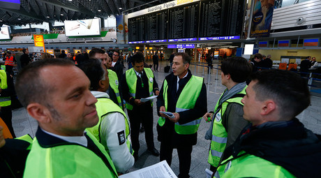 Members of cabin crew union UFO stand during a strike in Frankfurt airport, Germany, November 6, 2015 © Ralph Orlowski