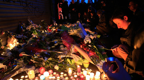 Flowers and candles are placed near the scene of a shootin the day after a series of deadly attacks in Paris , November 14, 2015 © Pascal Rossignol