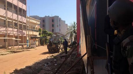 Malian troops take position outside the Radisson Blu hotel in Bamako on November 20, 2015 © Sebastien Rieussec