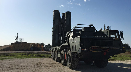 An S-400 air defence missile system is deployed for a combat duty at the Hmeymim airbase to provide security of the Russian air group's flights in Syria. © Dmitriy Vinogradov