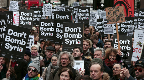 Demonstrators listen to speakers at a rally against taking military action against Islamic State in Syria, held outside Downing Street in London, November 28, 2015. © Suzanne Plunkett