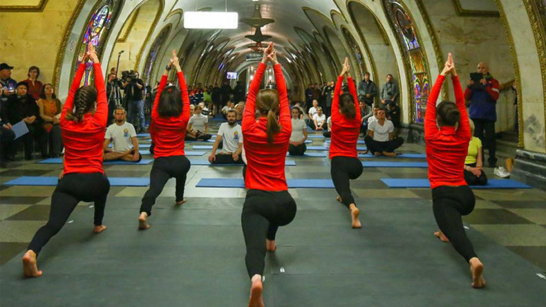 Muscovites indulge in some late-night yoga down in the metro (PHOTOS)