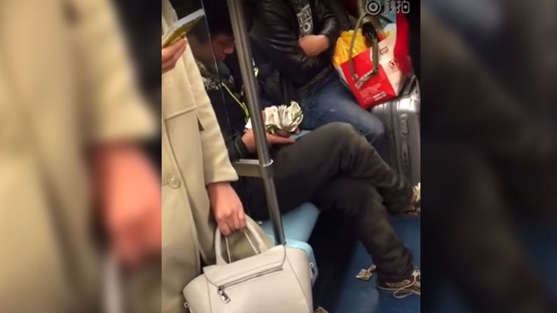 VIDEO: Mysterious man flashes cash on subway