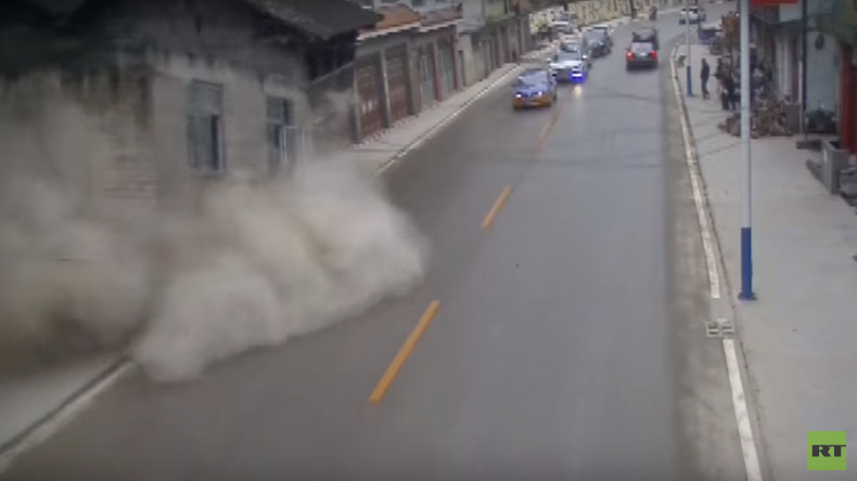 Two houses collapse on busy road after landslide in China (VIDEO)