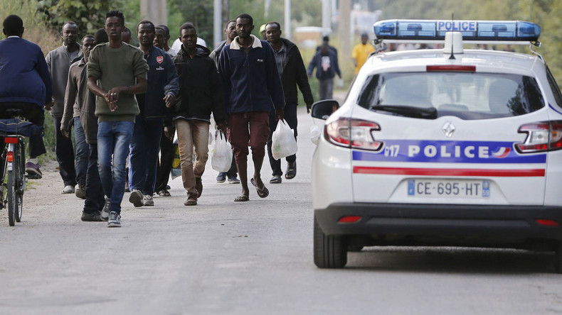 Calais: Hundreds of migrants attempt to storm Channel Tunnel (VIDEO)