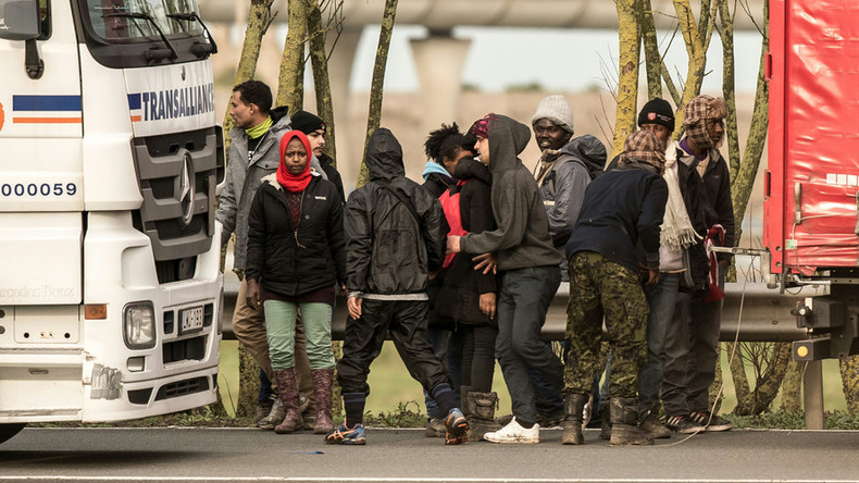 Hundreds of migrants try to storm Eurotunnel on Christmas Day
