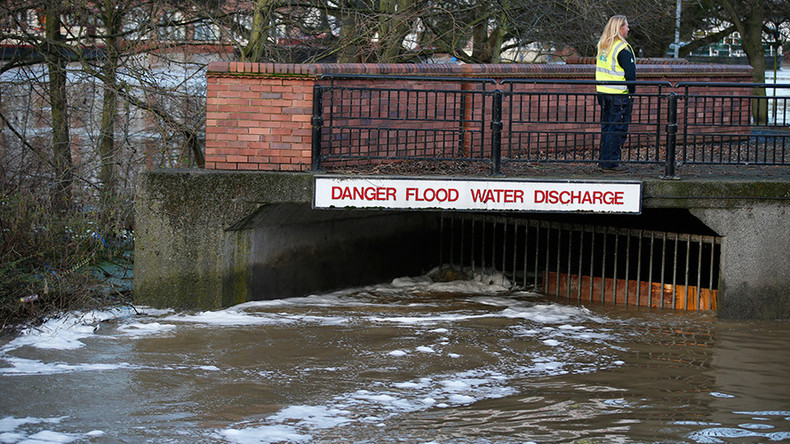 Gas main explodes in Manchester amid flooding (VIDEO)