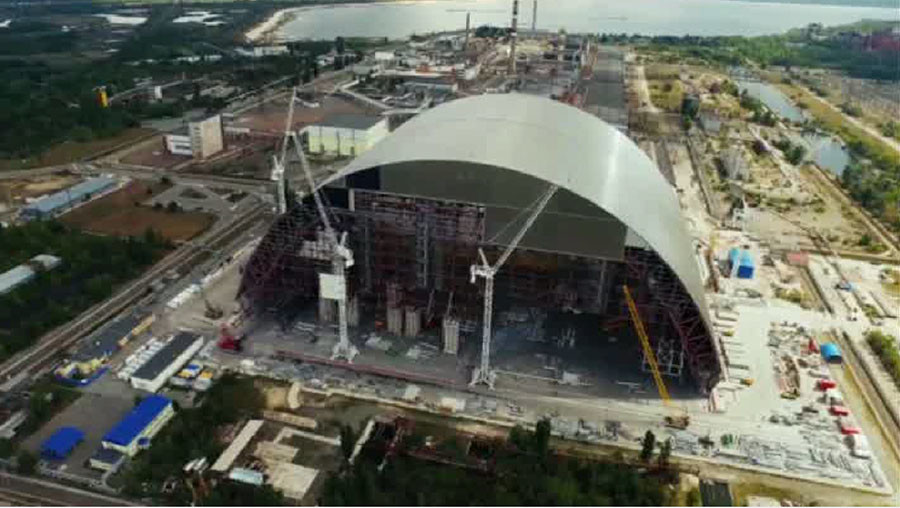 Drone footage shows giant sarcophagus under construction in Chernobyl (VIDEO)