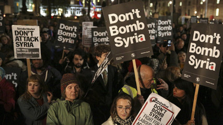 Anti-war protesters demonstrate against proposals to bomb Syria outside the Houses of Parliament in London, Britain December 1, 2015 © Neil Hall