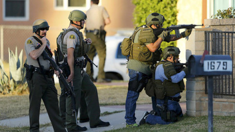Police officers conduct a manhunt after a shooting rampage in San Bernardino, California December 2, 2015. © Mike Blake