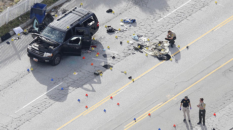 Law enforcement officers look over the evidence near the remains of a SUV involved in the Wednesdays attack is shown in San Bernardino, California December 3, 2015. © Mario Anzuoni