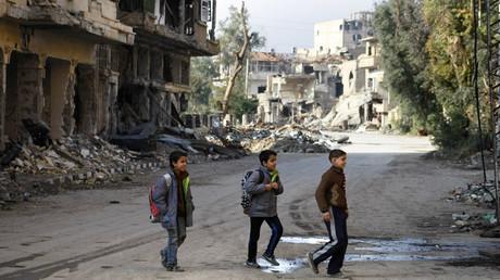 Syrian children cross a street as they head to their school in the northeastern city of Deir Ezzor © Ahmad Aboud