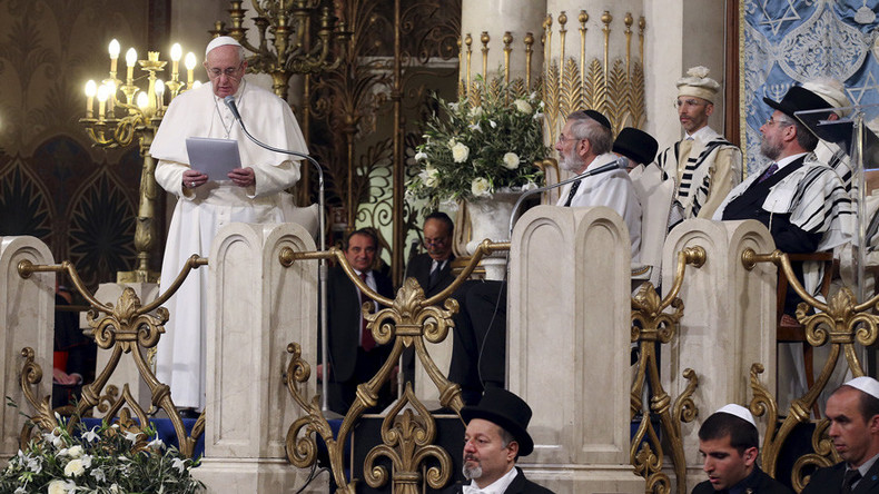 Pope Francis visits synagogue, says religion must not justify killings