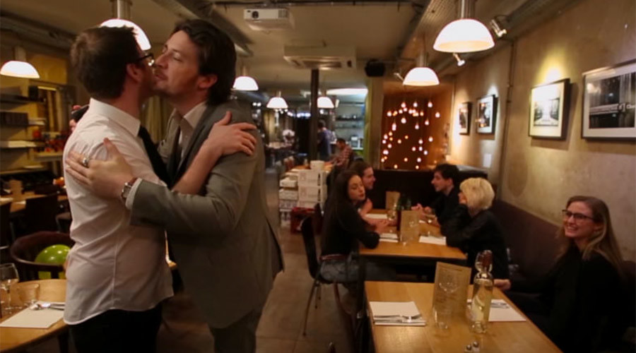 UK comedian online sensation in France after thrashing local greeting kiss tradition (VIDEO)