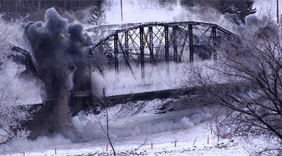 Canadian bridge collapse turns into mass entertainment (VIDEO)
