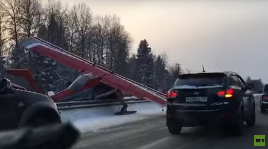 Small plane makes hard landing on Russian highway (VIDEO)