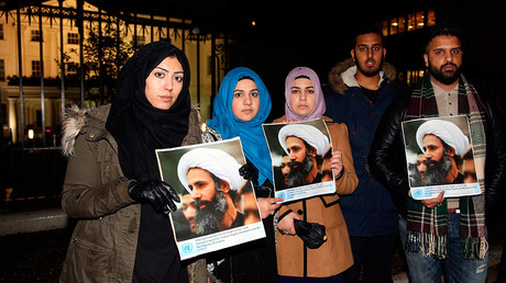 Protesters hold placards as they demonstrate against the execution of prominent Shi'ite cleric Sheikh Nimr al-Nimr outside the Saudi Arabian Embassy in London, Britain January 2, 2016 © Neil Hall