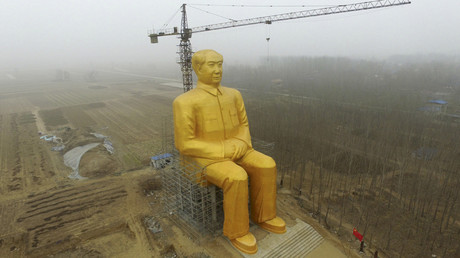 A crane is seen next to a giant statue of Chinese late chairman Mao Zedong under construction near crop fields in a village of Tongxu county, Henan province, China, January 4, 2016 © Stringer