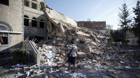 FILE PHOTO: A Houthi militant walks on the rubble of the Chamber of Trade and Industry headquarters after it was hit by a Saudi-led air strike in Yemen's capital Sanaa January 5, 2016 © Khaled Abdullah