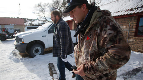 Ammon Bundy (L), and Wes Kjar depart for a news conference from an office at the Malheur National Wildlife Refuge near Burns, Oregon January 6, 2016 © Jim Urquhart