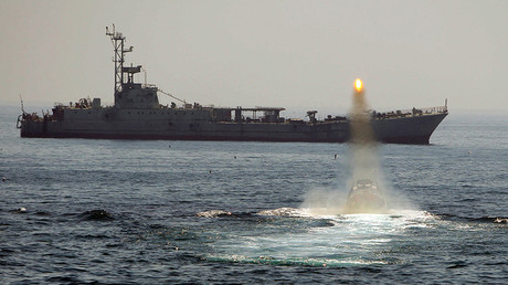 FILE PHOTO: An Iranian warship and speed boats take part in a naval war game in the Persian Gulf and the Strait of Hormuz, southern Iran April 22, 2010 © Fars News