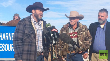 Oregon militia tears down gov't fence, wants ranchers released