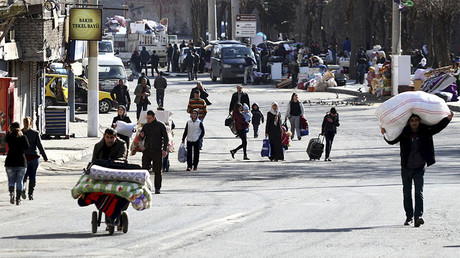 Residents carry their belongings as they flee from Sur district, which is partially under curfew, in the Kurdish-dominated southeastern city of Diyarbakir, Turkey January 27, 2016. © Sertac Kayar