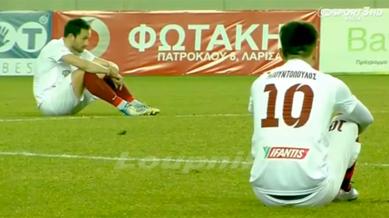 Greek footballers sit on pitch over 'brutal indifference' to refugee deaths (VIDEO)