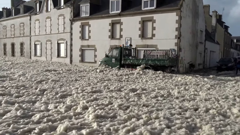 Foampocalypse: Raging Storm Imogen blasts French coastal town (VIDEO)