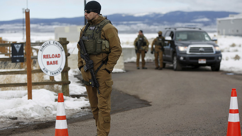 FBI surrounds 4 remaining Oregon occupiers with armored vehicles