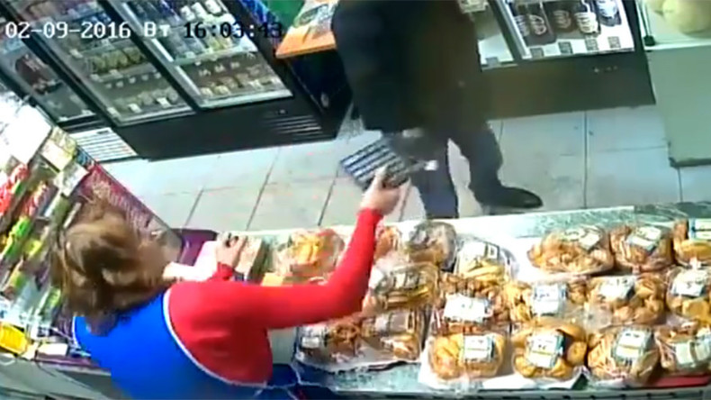 Armed robber politely picks up pieces after calculator broken over his head (VIDEO)