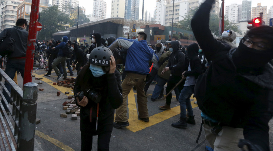 Hong Kong police clash with illegal street vendors (VIDEO)