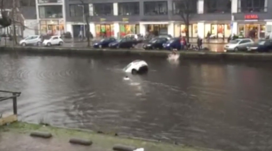Dutch courage: Watch four lads save mom & child from sinking car
