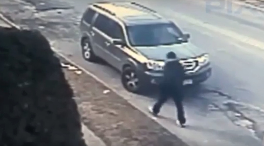 Disarmed: NY teen robber loses limb after victim rams him with car in revenge (VIDEO)