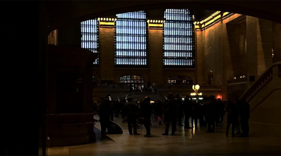 Power outage plunges NY's Grand Central into darkness