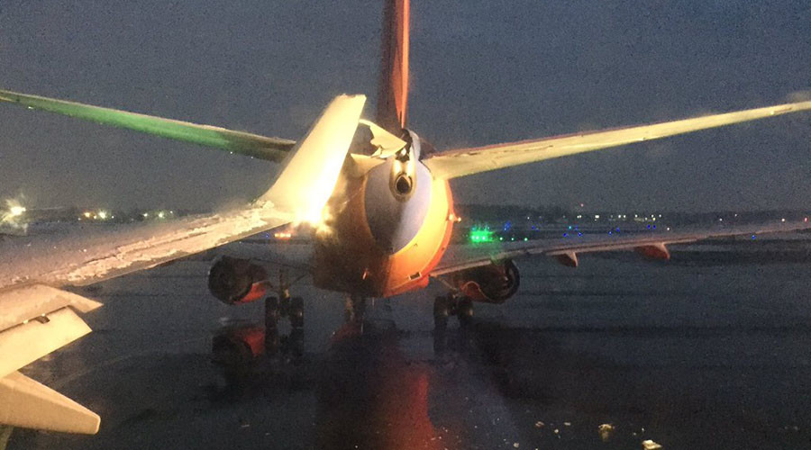 2 planes clip wings on taxiway at Detroit airport