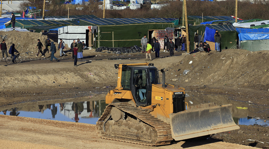 Clearing out the Jungle: Migrants given until Tuesday to abandon Calais camp