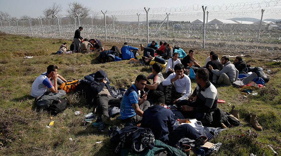 Greece removes refugees from Macedonia border